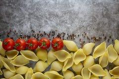 : conchiglionideegwaren met tomaat Het product van de test stock afbeeldingen