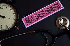 Conciencia del cáncer de pecho en el papel de la impresión con la inspiración del concepto de la atención sanitaria despertador,  imagen de archivo libre de regalías
