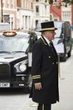 Concierge έξω από ένα ξενοδοχείο στο Λονδίνο Στοκ Εικόνες