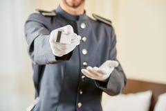 Concierge που προσφέρει τη βασική κάρτα στο φιλοξενούμενο Στοκ Φωτογραφία