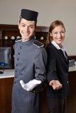 Concierge et réceptionniste dans l'hôtel photos libres de droits