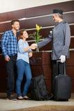 Concierge powitania potomstw para w hotelu obrazy royalty free