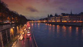 Conciergerie的夜视图,巴黎 免版税库存图片