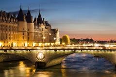 Conciergerie在夜,巴黎,法国之前 免版税库存照片