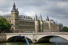 Conciergerie et Pont de Change sur Quai de l'Horloge photos libres de droits
