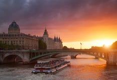 Conciergerie-Gebäude in Paris, Frankreich bei Sonnenuntergang lizenzfreie stockbilder