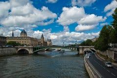 Conciergerie, Pont Neuf y río Sena Imagen de archivo libre de regalías