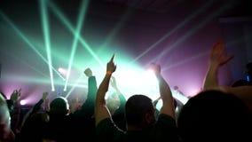 Concierte a la banda de rock que se realiza en etapa con el ejecutante del cantante, guitarra, batería Punky, metal pesado o grup metrajes