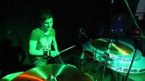 Concierte a la banda de rock que se realiza en etapa con el ejecutante del cantante, guitarra, batería Punky, metal pesado o roca almacen de metraje de vídeo