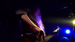 Concierte la ejecución de la roca, los guitarristas y punky del vídeo musical del solista, metal pesado o grupo de rock Ciérrese  almacen de video