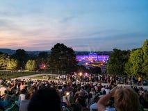 concierto al aire libre de una noche de verano de los jardines magn?ficos del palacio de Schonbrunn con la orquesta filarm?nica d fotos de archivo libres de regalías