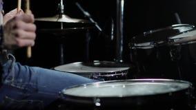 Concierto de la banda de rock Batería que juega en etapa metrajes