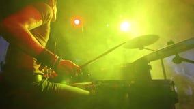 Concierto de la banda de rock Batería que juega en etapa almacen de metraje de vídeo