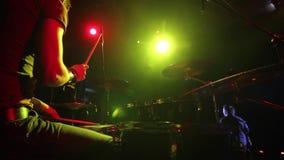 Concierto de la banda de rock Batería que juega en etapa almacen de video