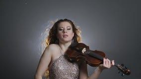Concierto de la música clásica, el jugar femenino famoso en viola en el decreto en oscuridad en luz que destella almacen de metraje de vídeo