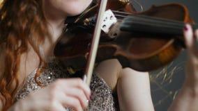 Concierto de la música en directo, muchacha famosa que juega solo de la melodía en el violín en el entretenimiento de la tarde metrajes