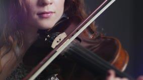 Concierto de la música en directo, mujer atractiva que juega en el violín en el evento de la tarde almacen de metraje de vídeo