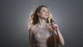 Concierto de la música en directo, mujeres que juegan solo de la melodía en violín-arco en la iluminación del reflector de la luz almacen de metraje de vídeo