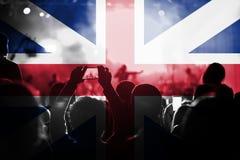 Concierto de la música en directo con la mezcla de la bandera de Gran Bretaña en fans Foto de archivo