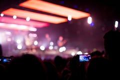 Concierto de rock con smartphone Foto de archivo libre de regalías