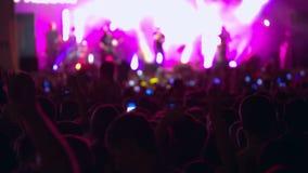 Concierto de rock muchedumbre etapa Luces multicoloras metrajes
