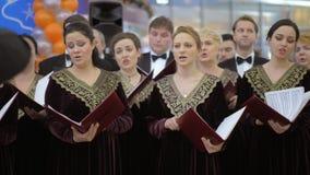 Concierto del coro con los hombres y los cantantes de las mujeres, Rusia almacen de video