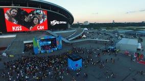 Concierto del reloj de los fan de música de la visión aérea en la etapa del festival almacen de metraje de vídeo