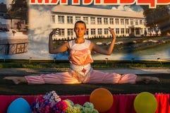 Concierto festivo de conjuntos aficionados en honor del pueblo en el distrito de Iznoskovsky, región de Kaluga de Rusia Imagen de archivo