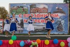Concierto festivo de conjuntos aficionados en honor del pueblo en el distrito de Iznoskovsky, región de Kaluga de Rusia Fotos de archivo libres de regalías
