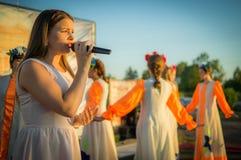 Concierto festivo de conjuntos aficionados en honor del pueblo en el distrito de Iznoskovsky, región de Kaluga de Rusia Imágenes de archivo libres de regalías