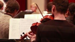 Concierto masculino de las obras clásicas de la partitura del juego del instrumento del violín que juega almacen de metraje de vídeo