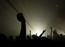 Concierto musical - cristiano - con adorar levantado de las manos Foto de archivo