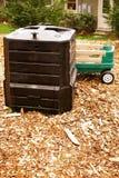 Concimando con la composta in un giardino domestico Fotografie Stock Libere da Diritti