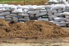Concimare con la composta ecologico in azienda agricola Fotografia Stock Libera da Diritti