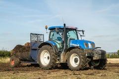Concime di diffusione del nuovo dell'Olanda trattore moderno del trattore sui campi Fotografie Stock