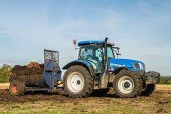 Concime di diffusione del nuovo dell'Olanda trattore moderno del trattore sui campi Immagini Stock