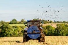 Concime di diffusione del nuovo dell'Olanda trattore moderno del trattore sui campi Fotografia Stock Libera da Diritti