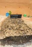 Concimi con la composta il suolo, fertilizzante di pianta organico fatto con l'immondizia dei rifiuti organici, per la piantagion Immagini Stock