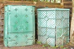 Concimi con la composta le scatole di plastica in verde in pieno di organico biodegradabile e Fotografia Stock