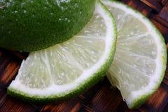 Concimi le fette con calce della frutta Fotografia Stock Libera da Diritti