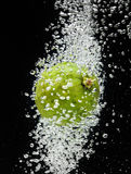 Concimi (limone) la caduta con calce in acqua sul nero Immagine Stock Libera da Diritti