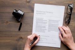 Conclusão do conceito do tratado na opinião superior do fundo de madeira escuro imagem de stock royalty free