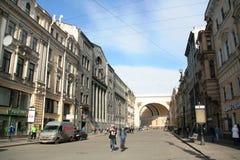 Conclusión de la calle con el arco del centro histórico de St Petersburg en el día soleado Imagen de archivo libre de regalías
