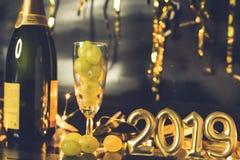 Conclusione del concetto di anno Vetro di champagne con l'uva dentro immagine stock