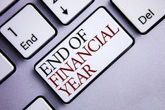 Conclusione del testo di scrittura di parola dell'anno finanziario Concetto di affari per gli strati di costo della base di dati  immagini stock