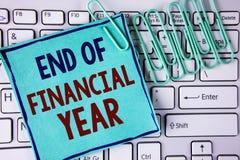 Conclusione del testo di scrittura di parola dell'anno finanziario Concetto di affari per gli strati di costo della base di dati  fotografia stock