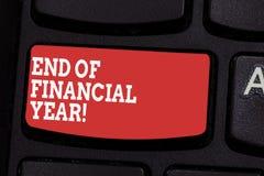 Conclusione del testo di scrittura di parola dell'anno finanziario Concetto di affari per la revisione e pubblicare gli strati di fotografie stock