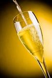 Conclusione di riempimento del vetro del champagne Immagini Stock Libere da Diritti