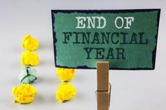 Conclusione di scrittura del testo della scrittura dell'anno finanziario Il significato di concetto tassa gli strati di costo del fotografie stock libere da diritti