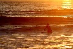 Conclusione praticante il surfing del giorno Immagini Stock Libere da Diritti
